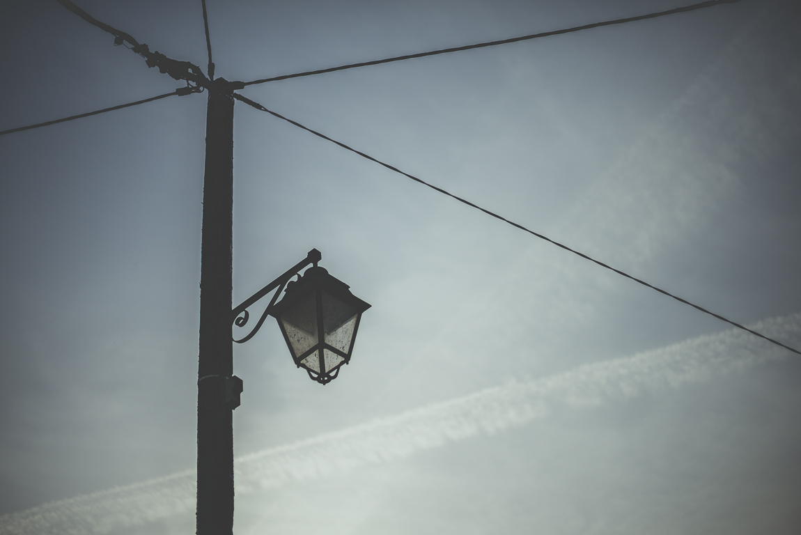 Reportage village Alan - lampadaire et cables électriques devant ciel bleu - Photographe voyage