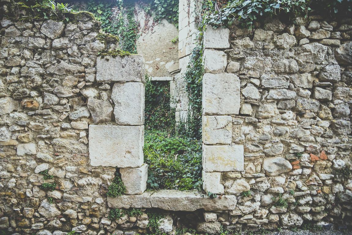Reportage village Alan - mur en pierre en ruines - Photographe voyage