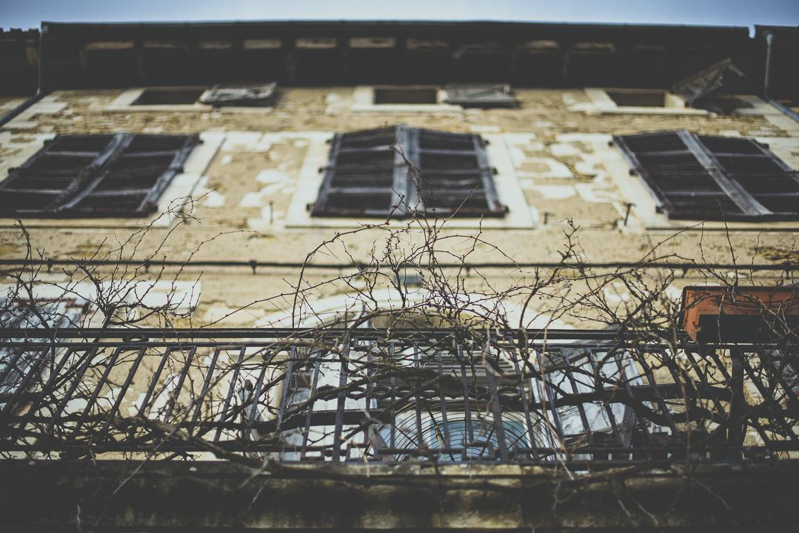 Reportage village Alan - balcon d'un vieux bâtiment - Photographe voyage