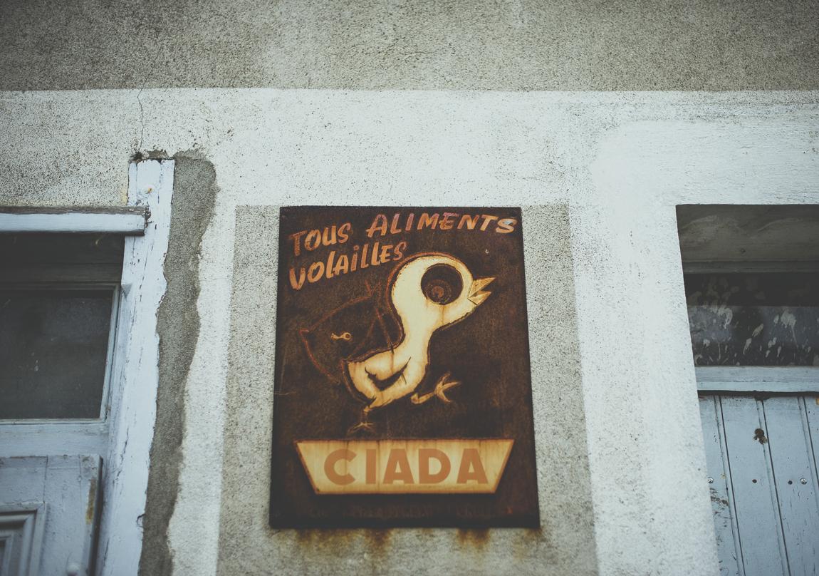 Reportage village Alan - ancien panneau rouillé ciada - Photographe voyage