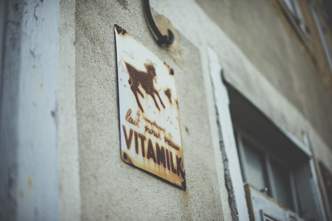 Reportage village Alan - ancien panneau rouillé vitamilk - Photographe voyage