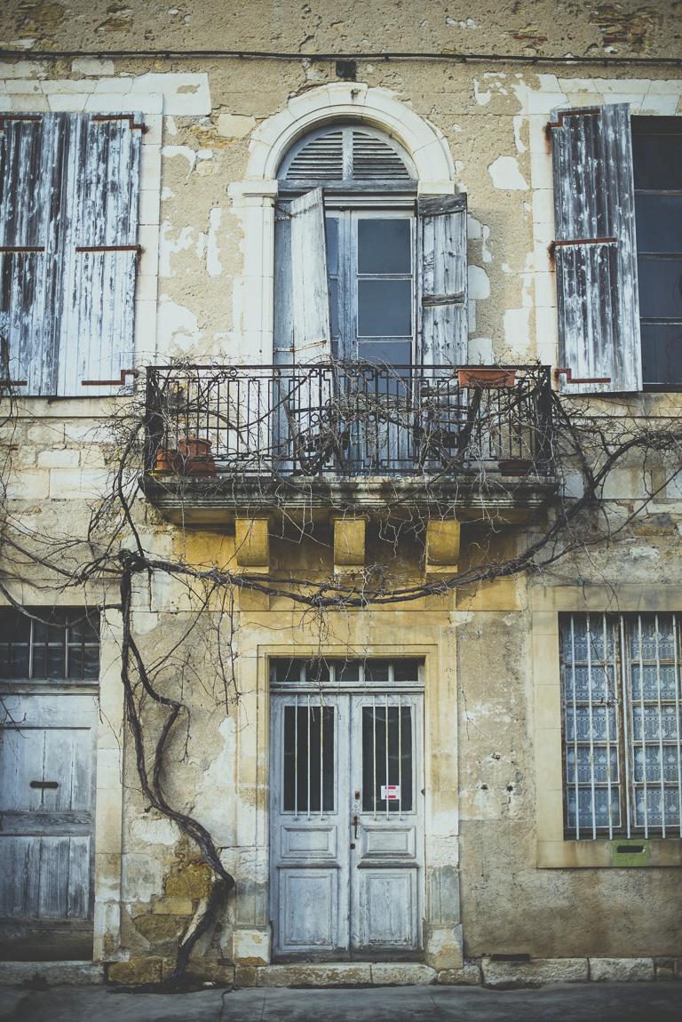 Reportage village Alan - façade bâtiment abandonné - Photographe voyage