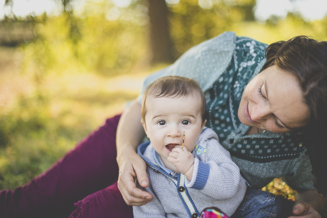 Family photo session Ariège - portrait of mum and baby - Family Photographer