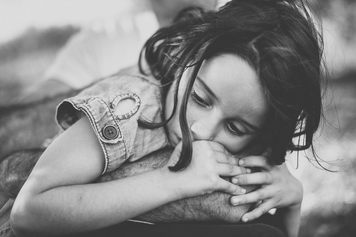 Séance photo en famille Ariège - portrait petite fille - Photographe famille