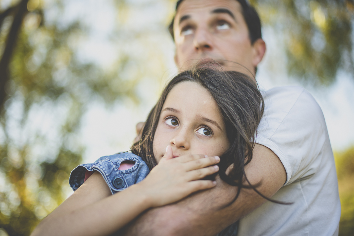 Family photo session Ariège - portrait of dad and little girl - Family Photographer