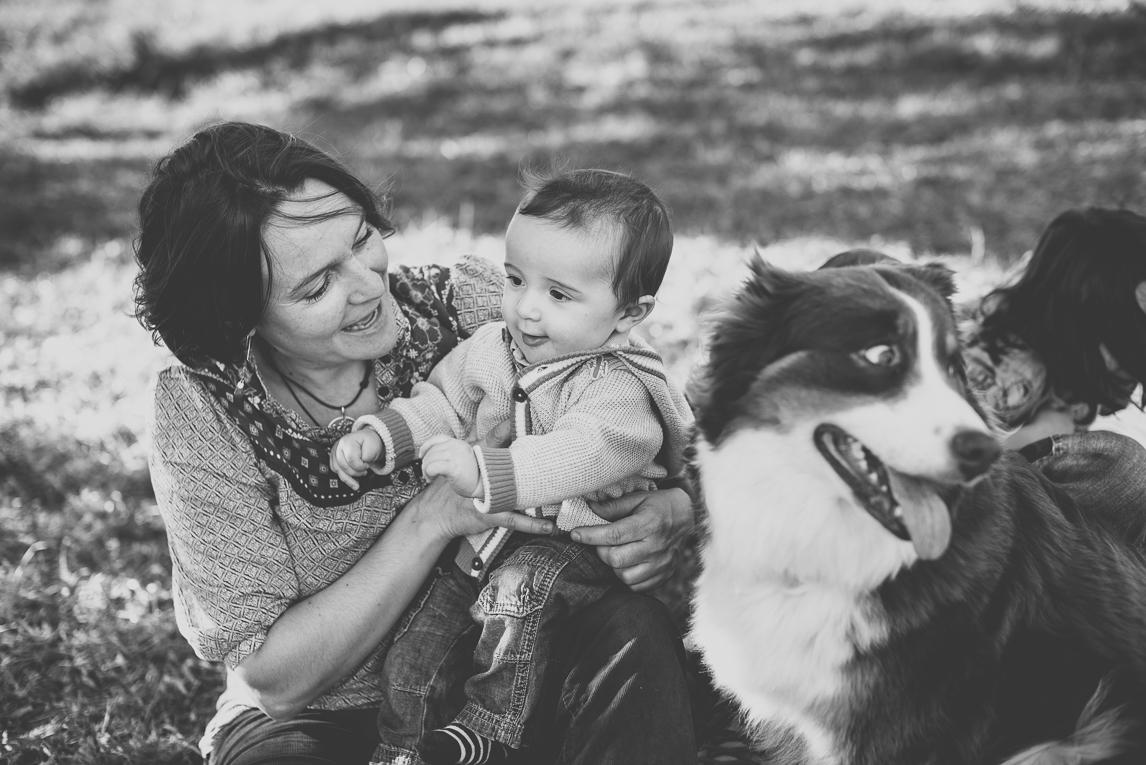 Séance photo en famille Ariège - maman bébé et chien - Photographe famille