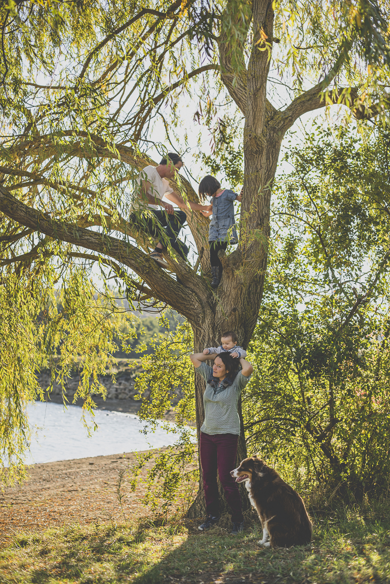 Family photo session Ariège - family play in tree - Family Photographer