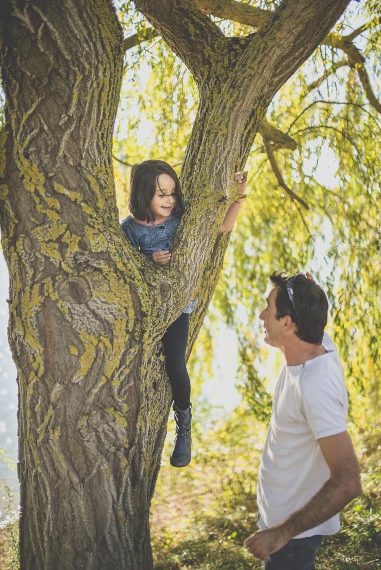 Séance photo en famille Ariège - petite fille dans un arbre - Photographe famille