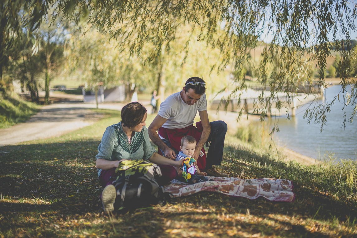 Séance photo en famille Ariège - famille dans l'herbe - Photographe famille