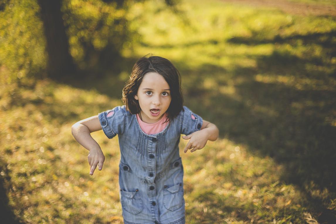 Séance photo en famille Ariège - petite fille qui danse - Photographe famille