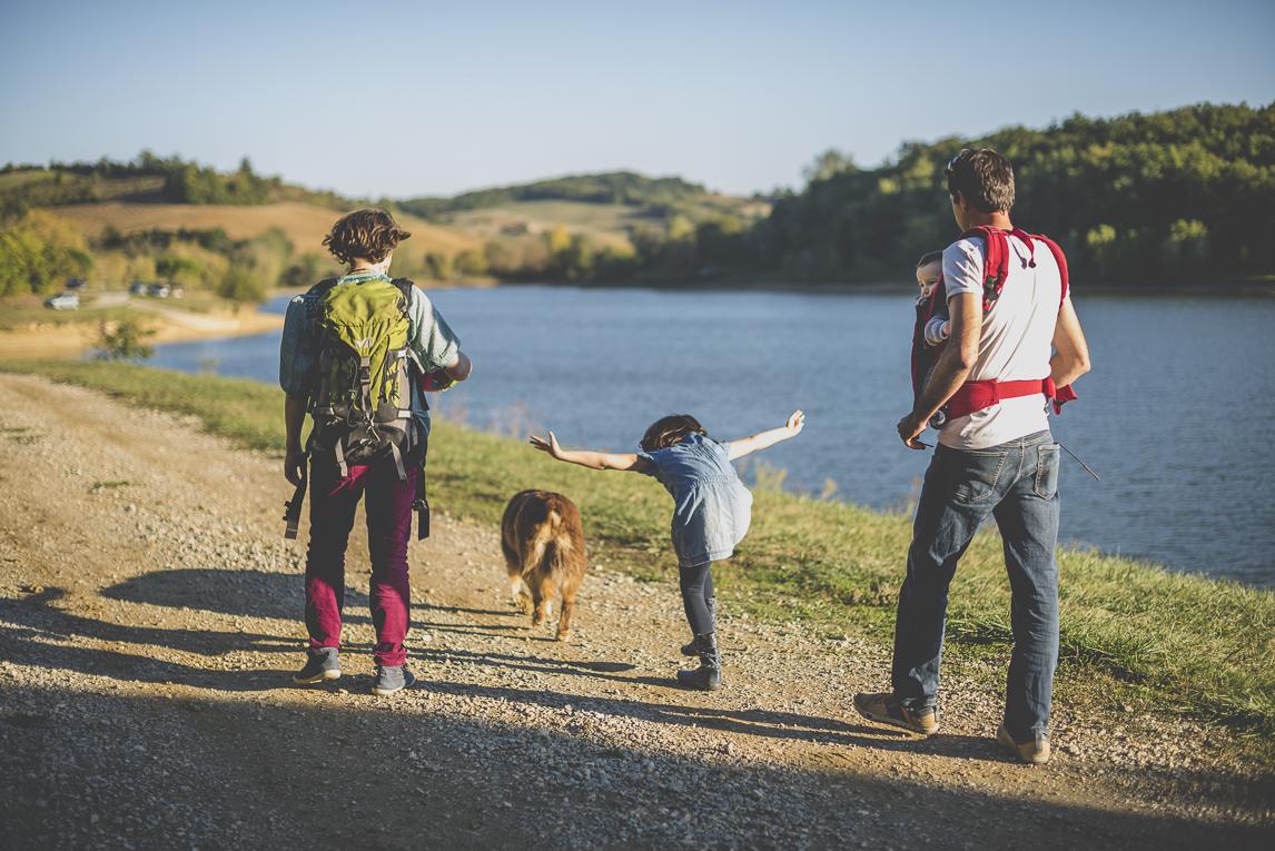Séance photo en famille Ariège - famille marche près d'un lac - Photographe famille