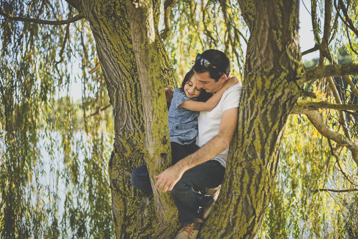 Family photo session Ariège - dad and little girl in tree - Family Photographer