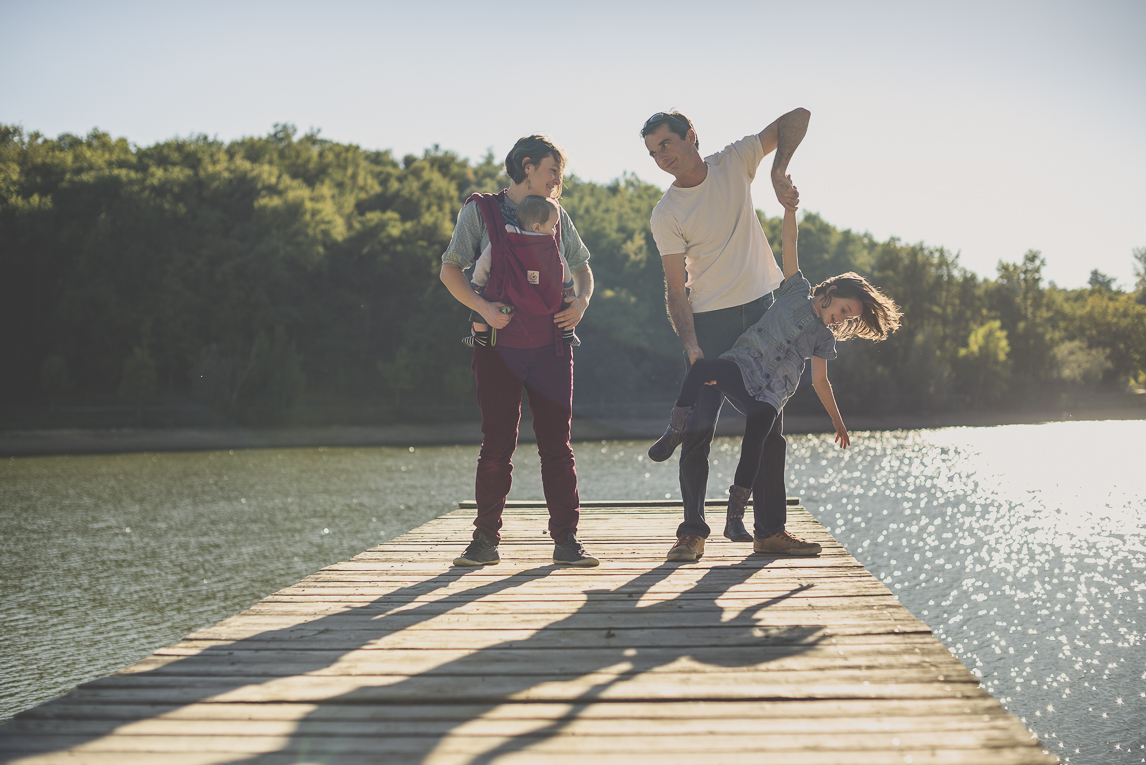 Family photo session Ariège - family on jetty - Family Photographer