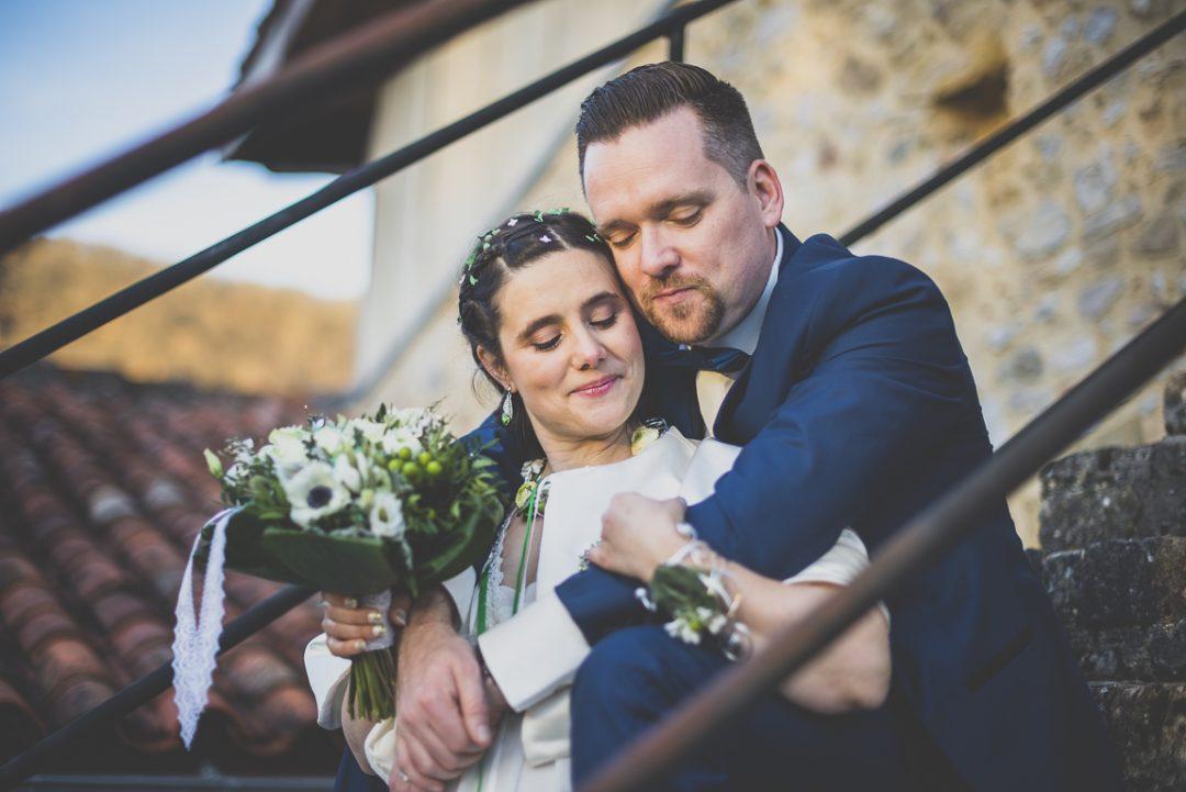 Reportage mariage hiver - portrait des mariés assis dans escalier - Photographe mariage