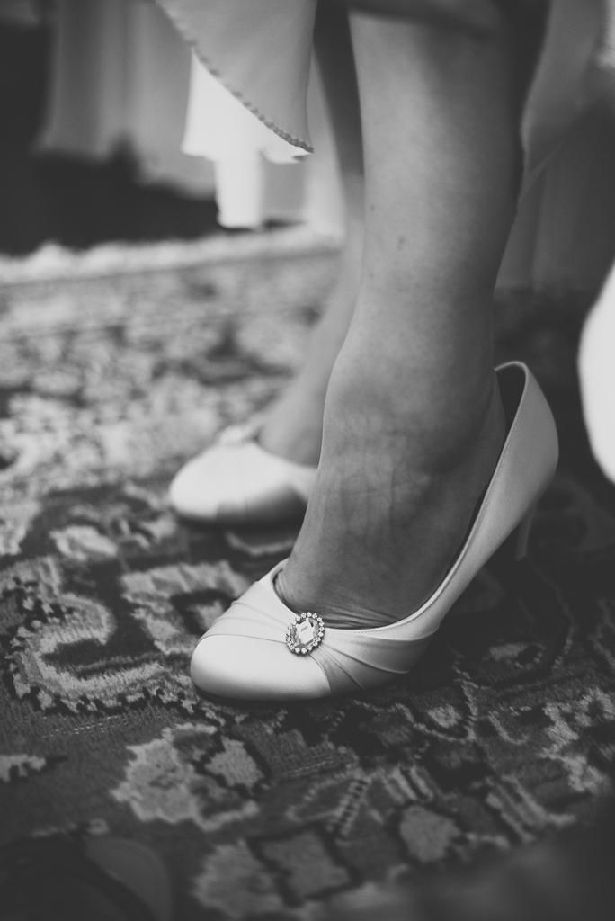 Reportage mariage château Hautes-Pyrénées - mariée met ses chaussures - Photographe mariage