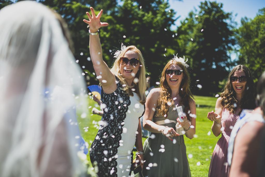 Reportage mariage château Hautes-Pyrénées - jeté de confettis - Photographe mariage