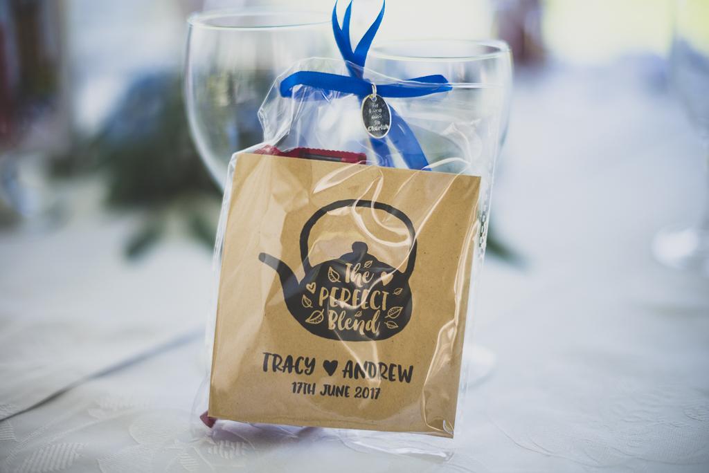 Reportage mariage château Hautes-Pyrénées - sachet de thé sur table - Photographe mariage