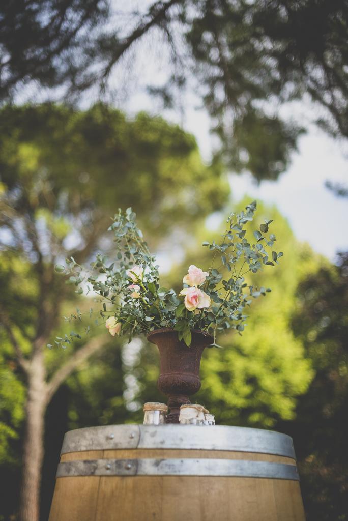Reportage mariage Toulouse - bouquet sur tonneau - Photographe mariage