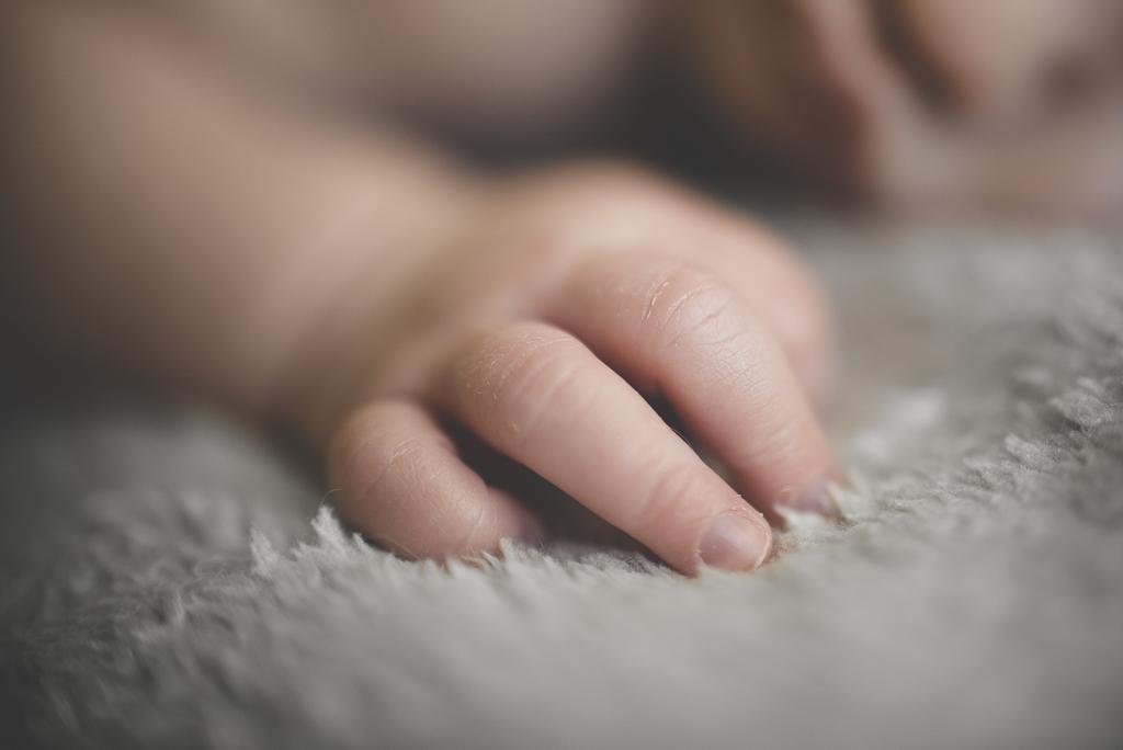 Séance nouveau-né à domicile Saint-Gaudens - gros plan doigts de bébé - Photographe nouveau-né