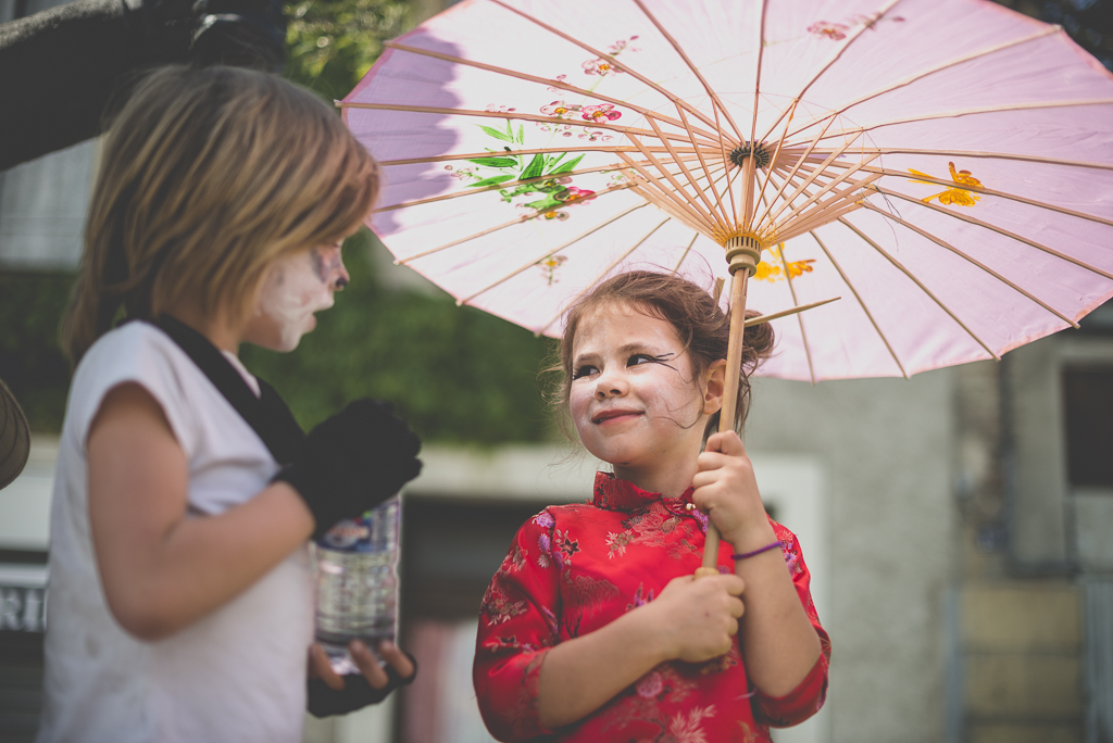 Fete des fleurs Cazeres 2018 - petite fille avec ombrelle - Photographe Haute-Garonne