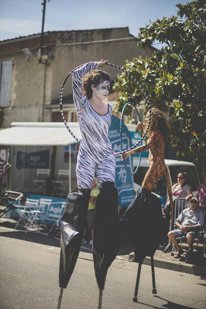 Fete des fleurs Cazeres 2018 - femmes avec echasses et hula hoop - Photographe Haute-Garonne