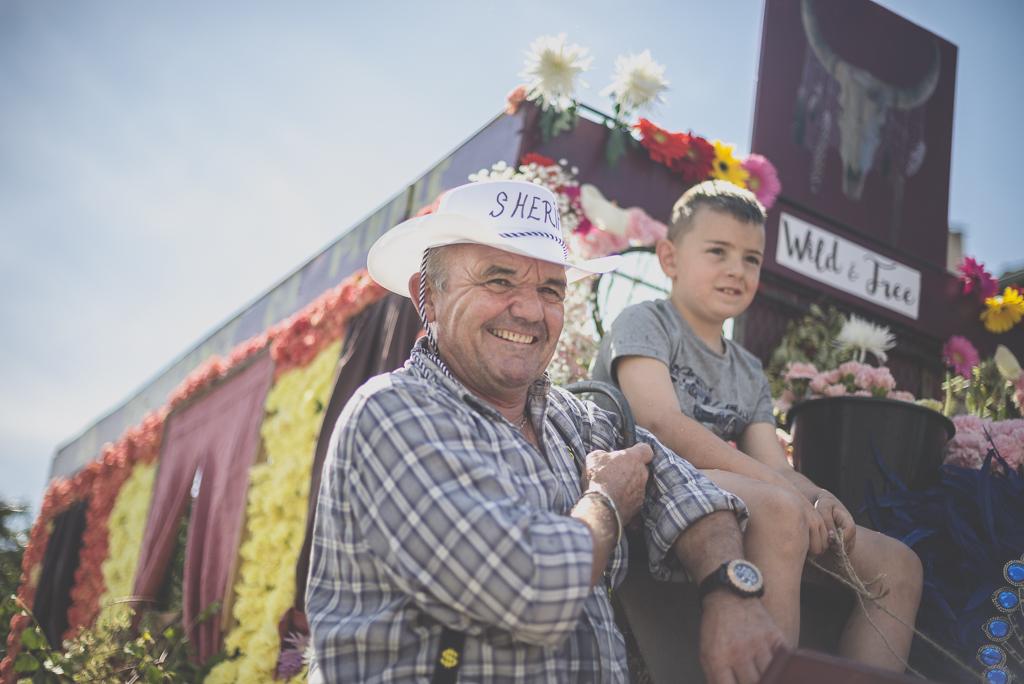 Fete des fleurs Cazeres 2018 - homme cowboy sur char fleuri - Photographe Haute-Garonne