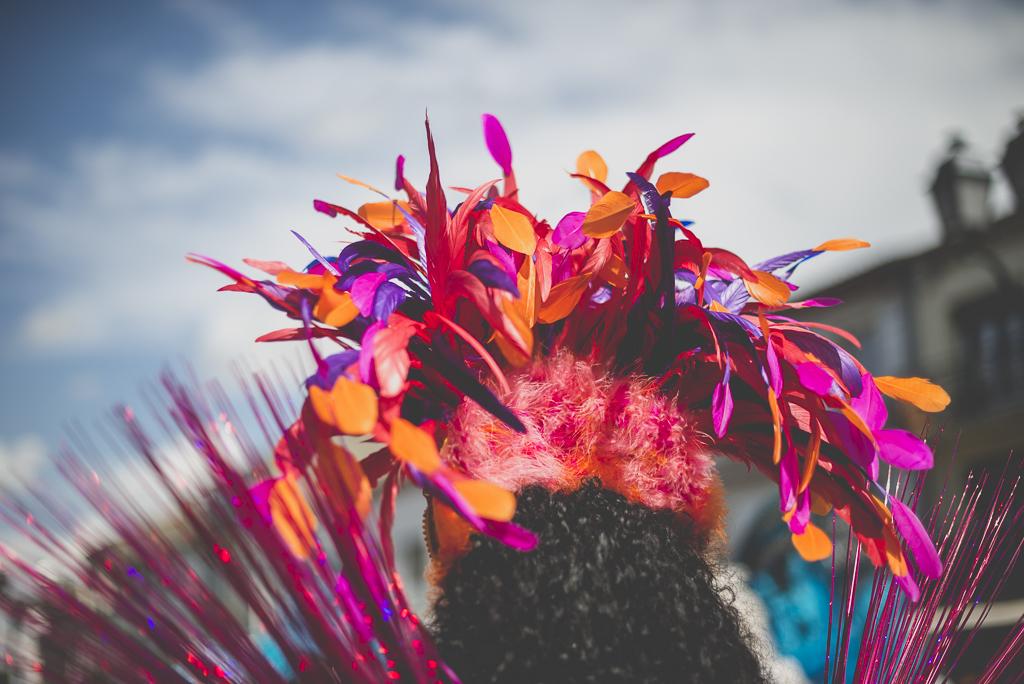 Fete des fleurs Cazeres 2018 - plumes sur coiffe danseuse bresilienne - Photographe Haute-Garonne