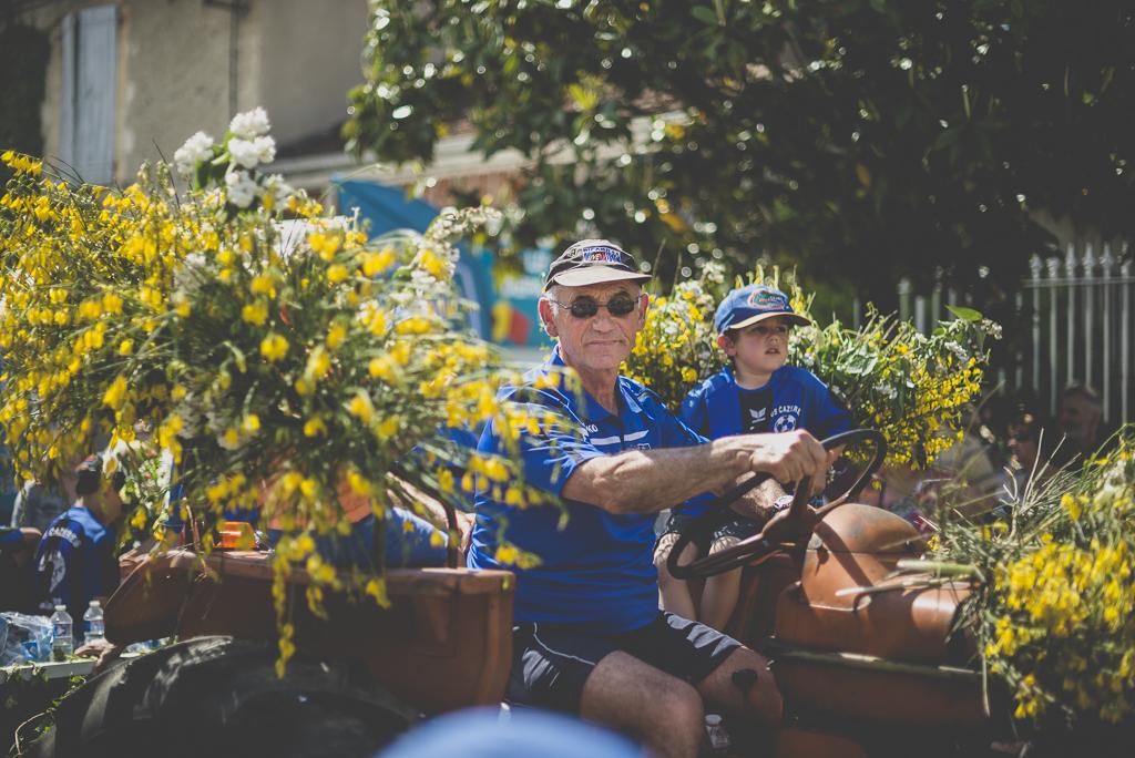 Fete des fleurs Cazeres 2018 - conducteur tracteur et char fleuri - Photographe Haute-Garonne