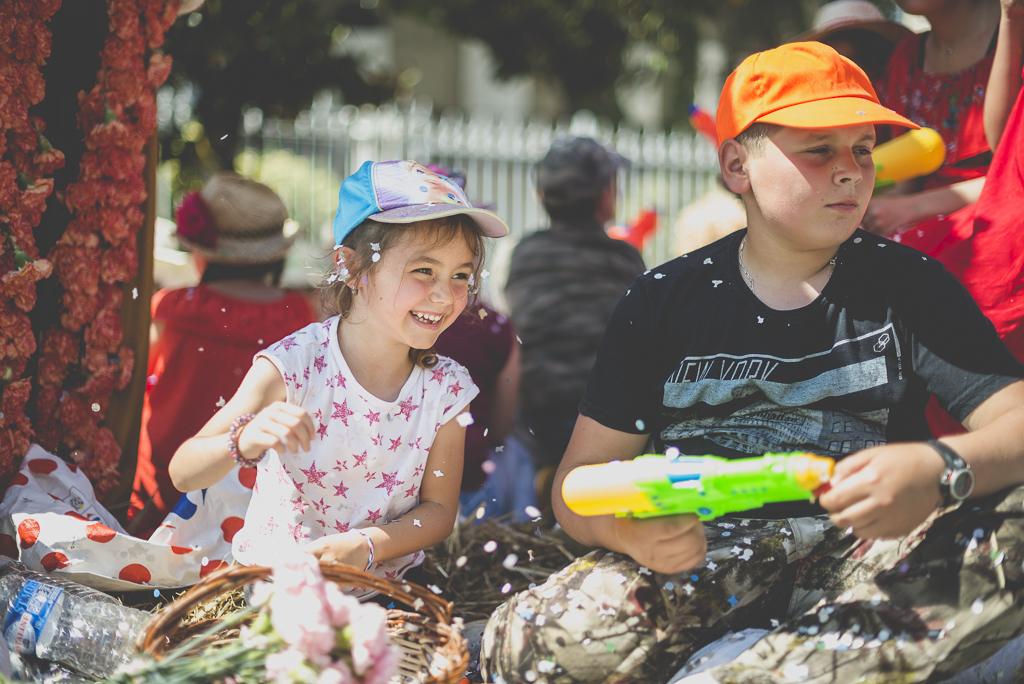 Fete des fleurs Cazeres 2018 - enfants sur char fleuri - Photographe Haute-Garonne
