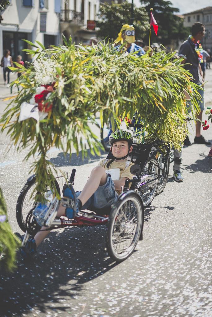 Fete des fleurs Cazeres 2018 - enfant sur velo couche decore - Photographe Haute-Garonne