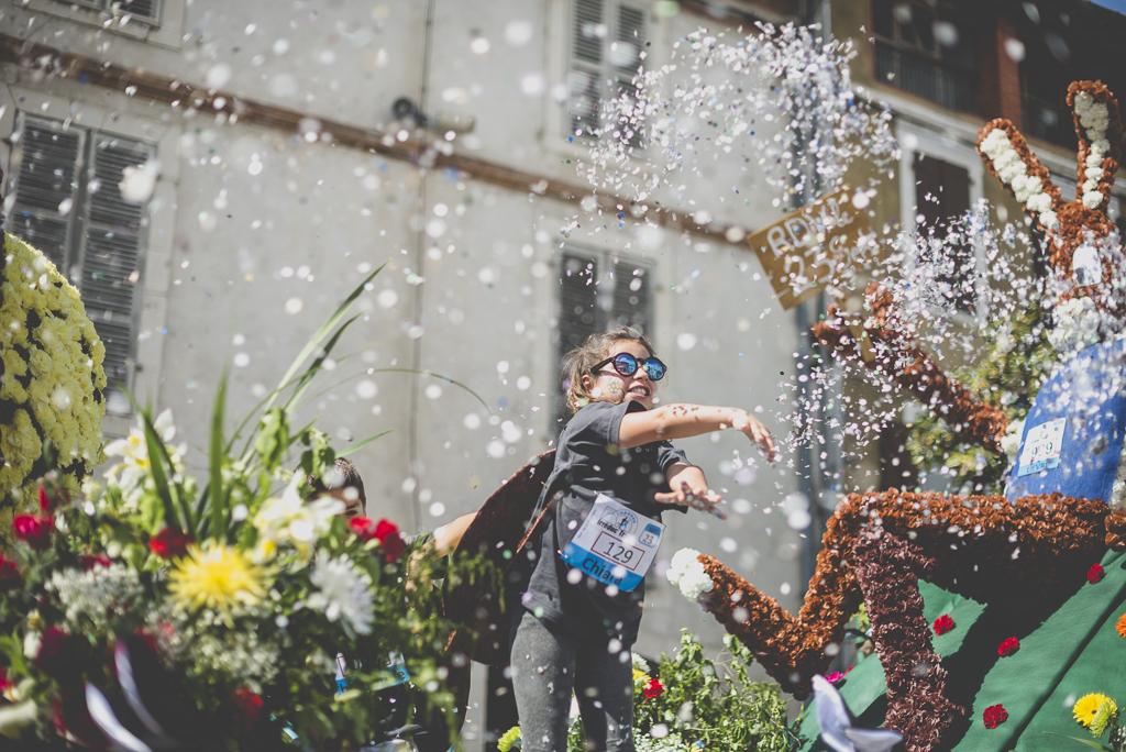 Fete des fleurs Cazeres 2018 - enfant lance confettis - Photographe Haute-Garonne
