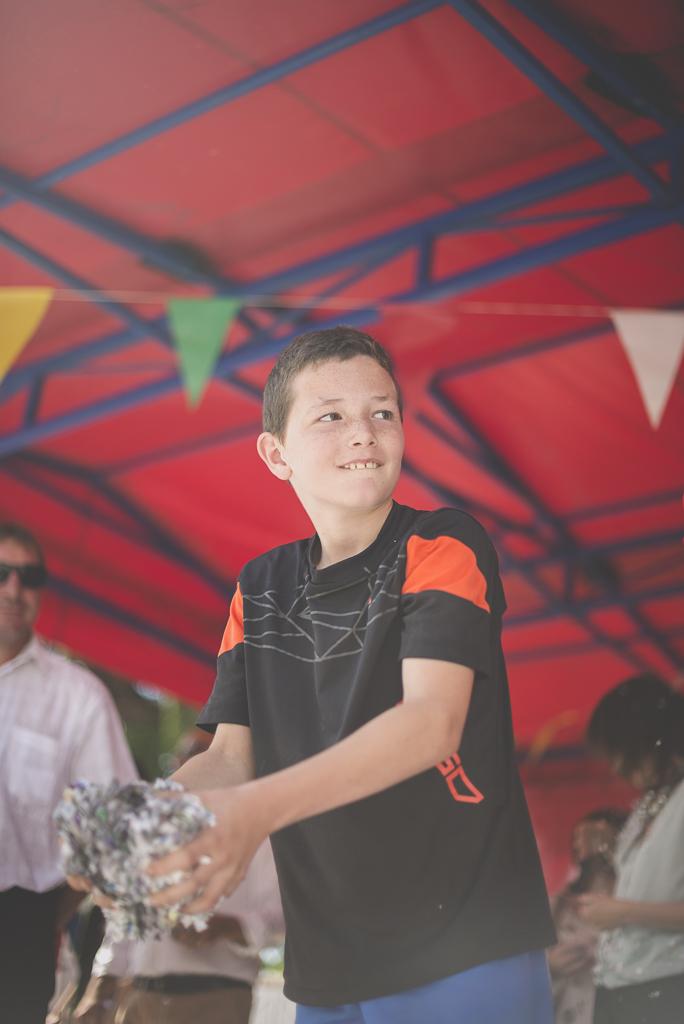 Fete des fleurs Cazeres 2018 - enfant pret a jeter des confettis - Photographe Haute-Garonne