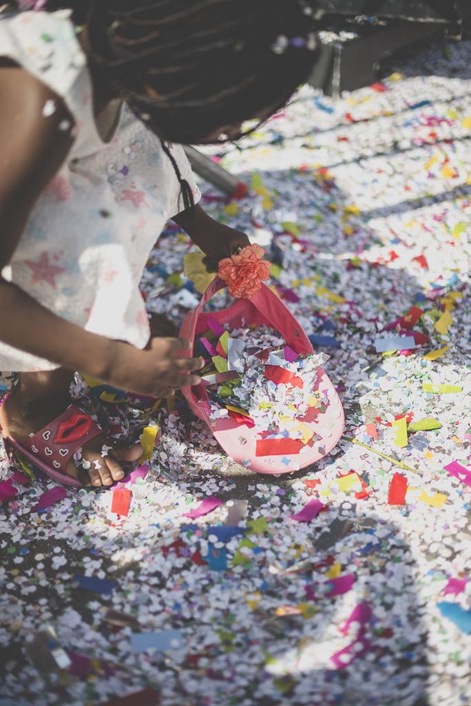 Fete des fleurs Cazeres 2018 - petite fille ramasse des confettis - Photographe Haute-Garonne