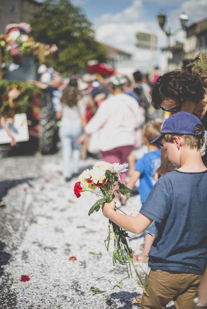 Fete des fleurs Cazeres 2018 - petit garcon et fleurs ramassees - Photographe Haute-Garonne