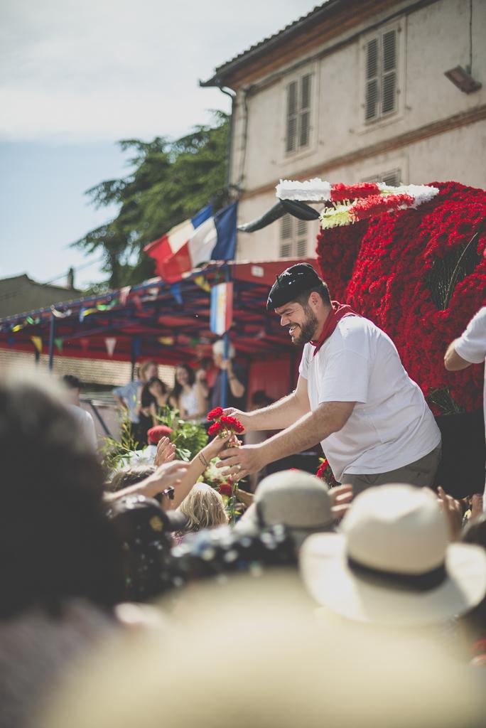 Fete des fleurs Cazeres 2018 - fleurs donnees aux spectateurs - Photographe Haute-Garonne