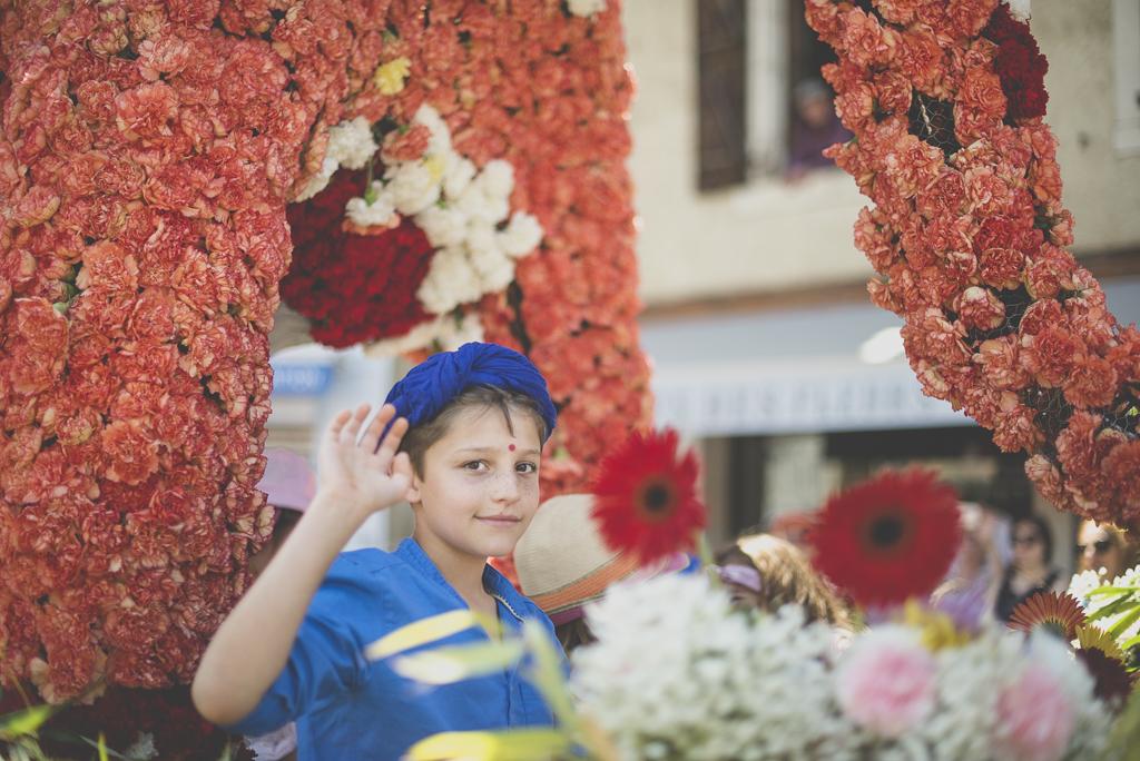 Fete des fleurs Cazeres 2018 - enfant salut de la main dans char fleuri - Photographe Haute-Garonne