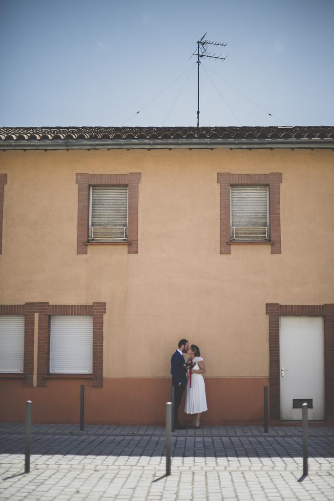Reportage mariage Haute-Garonne - mariés dans la rue - Photographe mariage