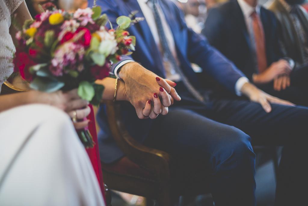 Reportage mariage Haute-Garonne - mariés se tiennent la main à la mairie - Photographe mariage