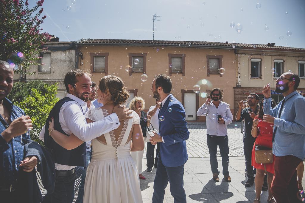 Reportage mariage Haute-Garonne - bulles de savon après la cérémonie civile - Photographe mariage