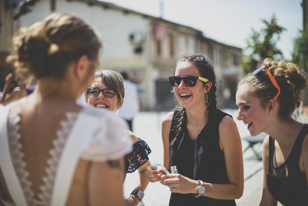 Reportage mariage Haute-Garonne - mariée et amies à la sortie de mairie - Photographe mariage
