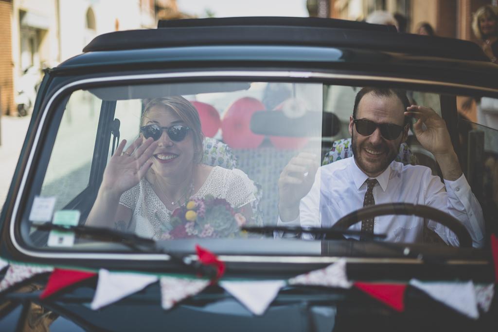 Reportage mariage Haute-Garonne - mariés dans leur mini - Photographe mariage