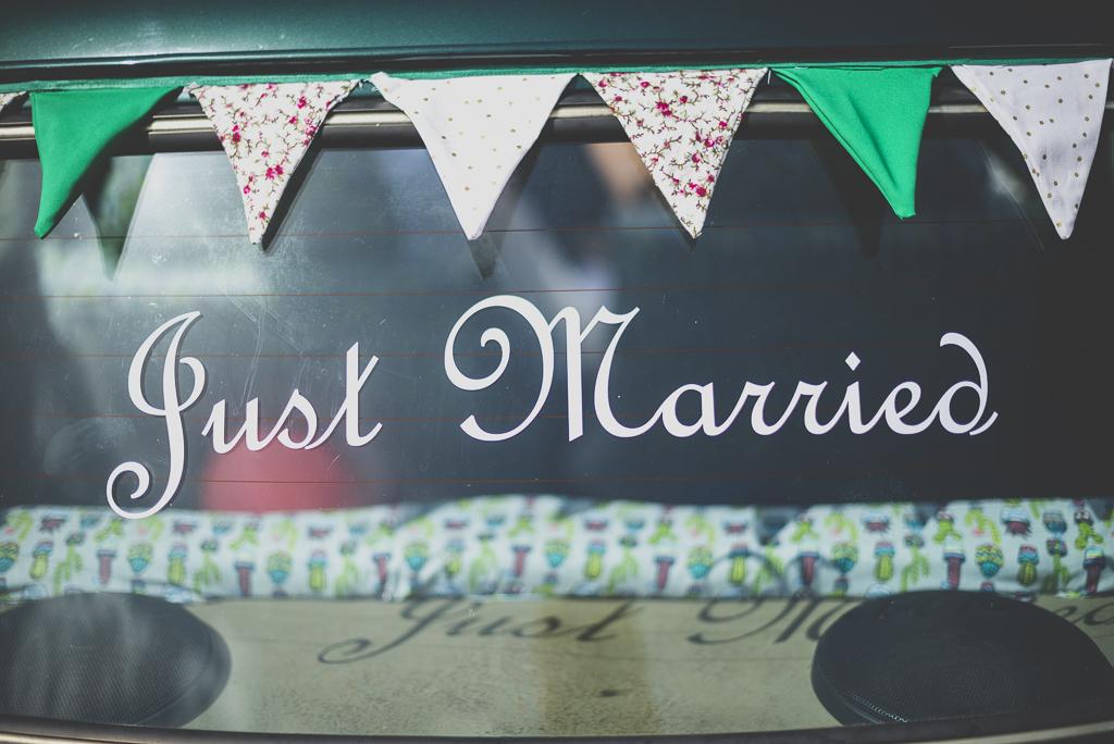 Reportage mariage Haute-Garonne - mini décorée avec just married - Photographe mariage