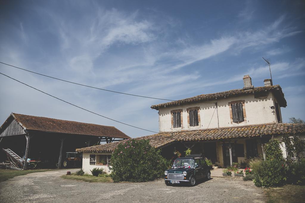 Reportage mariage Haute-Garonne - mini garée devant ferme - Photographe mariage