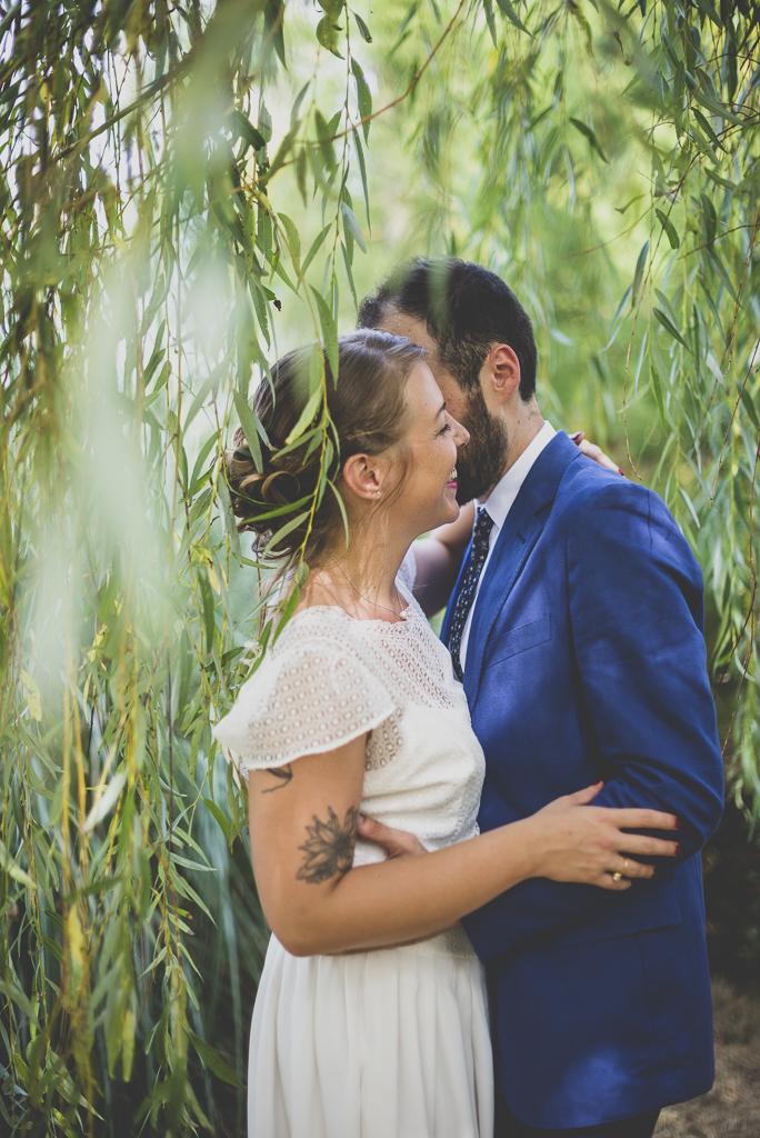 Reportage mariage Haute-Garonne - mariés s'enlacent au milieu du saule pleureur - Photographe mariage