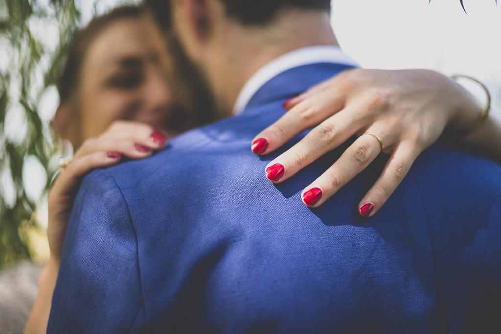 Reportage mariage Haute-Garonne - main de la mariée et verni rouge - Photographe mariage