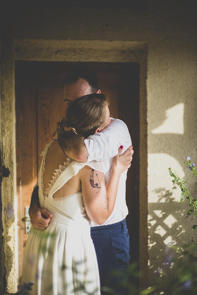 Reportage mariage Haute-Garonne - calin des mariés sous porche - Photographe mariage