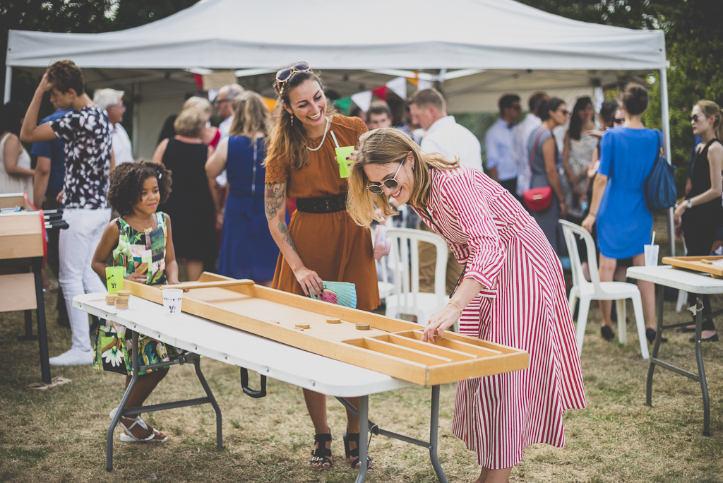 Reportage mariage Haute-Garonne - invités jouent avec de grands jeux en bois - Photographe mariage