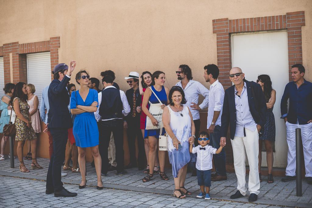 Reportage mariage Haute-Garonne - invités attendent mariés devant mairie - Photographe mariage