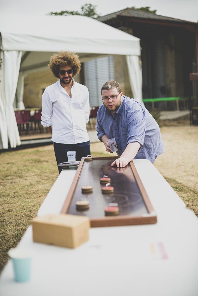Reportage mariage Haute-Garonne - invités jouent sur de grands jeux en bois - Photographe mariage