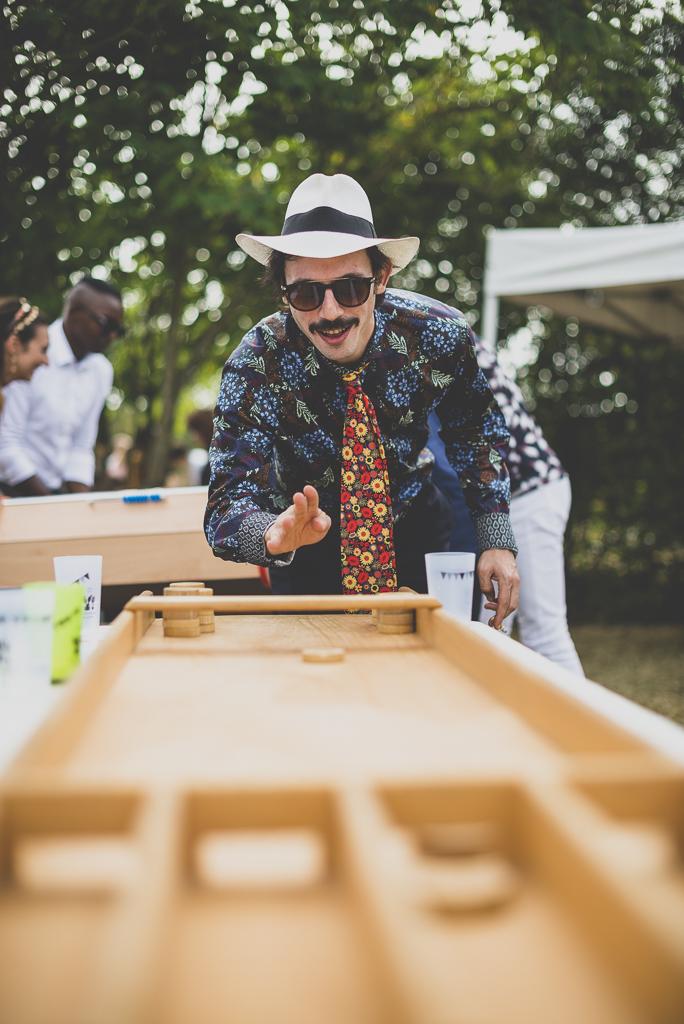 Reportage mariage Haute-Garonne - invité joue sur jeu en bois - Photographe mariage